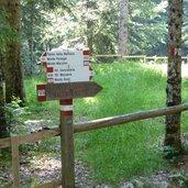 D-0530_wanderweg_nr_500_zum_roen_wegweiser.JPG